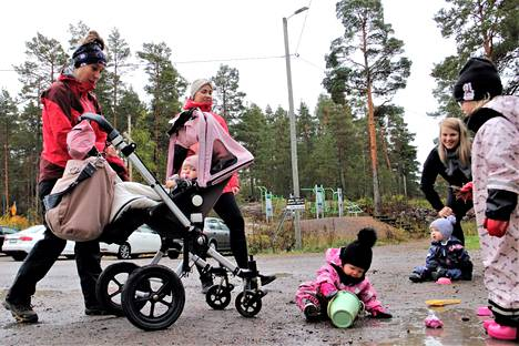 Heidi Suominen ja Alicia, Sari Malmikare, Nella ja Minka sekä Laura Mylén Alex-poikansa kanssa tapasivat tiistaina Haijaisten toimintakeskuksen pihalla.