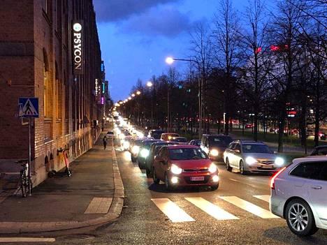 Tällaiset autojonot olivat Hämeenpuistossa kello 17 tiistaina.
