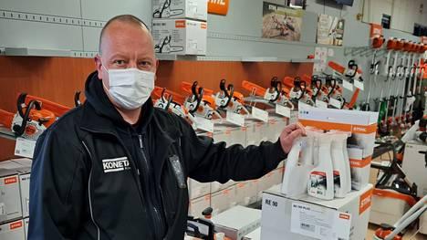 Konetalo Kivirannan kauppias Vesa Kiviranta ei aio luopua maskin käytöstä ennen kuin koronatilanne on parempi.