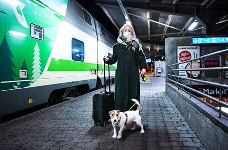 Tampereelle koiransa Junon kanssa saapunut Clarissa Jäärni pohti koronan aikana matkustamista, mutta päätyi kuitenkin lähtemään perheensä luokse.