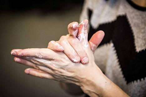 Käsiä kannattaa voidella, jos pesu on niitä kuivattanut. Tästä jutusta saat hyviä vinkkejä, miten kädet pysyvät kunnossa.