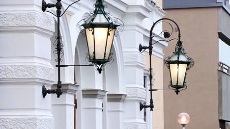 Visassa muun muassa arvuutellaan, minkä rakennuksen lamppuja nämä ovat.