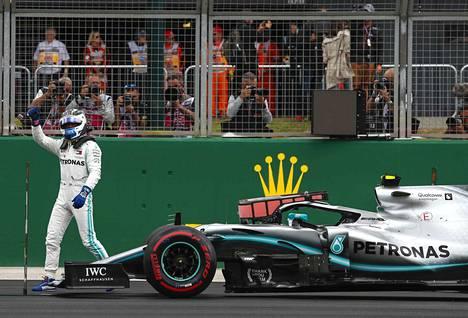 Valtteri Bottas tuuletteli aika-ajojen jälkeen hyvästä syystä. Nyt hän taistelee Britannian GP:n voitosta.
