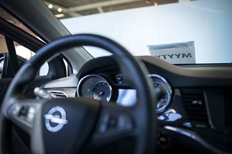 Henkilöautomarkkinoilla kilpailu kasvaa, kun Länsi-Auto avaa Opel-autotalon Tampereella.