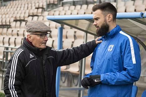 Huoltajalegenda Gunnar Yliharju tapasi Huuhkajien kapteenin Tim Sparvin Telia-areenalla, jossa Suomi harjoitteli keskiviikkona.