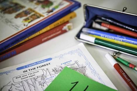 Koululaisia on käsketty ottamaan oppimateriaali kotiin.