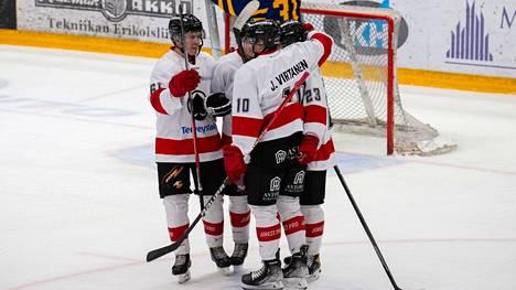 Jami Virtanen niittasi 0–3-maalin ylivoimalla ohi viime kaudella Ässien nuorissa kiekkoja torjuneen Juuso Helomaan.