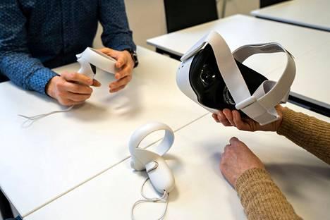 Langattomien Oculus Quest 2 -VR-lasien etu on, että laitteen kytkemiseen ei tarvita tietokonetta ja VR-laseja on miellyttävämpi käyttää, kun laseista ei lähde erillistä kaapelia. Oculus Touch -ohjaimien kautta toimitaan ja navigoidaan virtuaalimaailmassa. Sisäisten anturien ansiosta ne voivat siirtää tosielämässä tapahtuvat liikkeet digitaaliseen maailmaan.