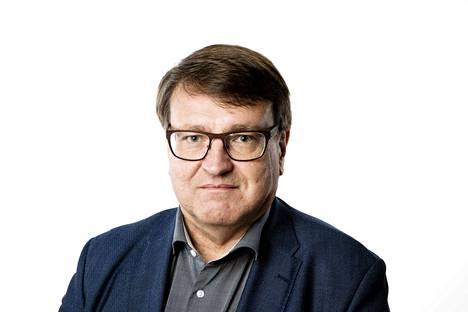 Toimittaja Aki Taponen. Kolumnikuva.