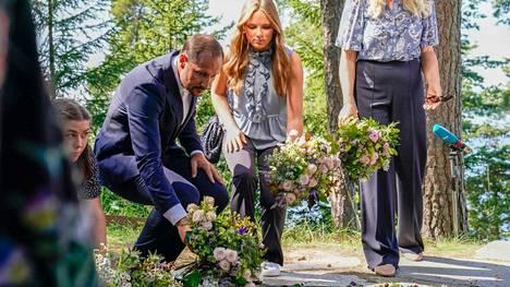 Norjan kruununprinssi Haakon ja prinsessa Ingrid Alexandra laskivat kukkia Utöyan saaren uhrien muistoksi. Utöyan saaren veriteoista tuli torstaina kuluneeksi 10 vuotta.
