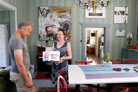 Tapio Haapalan ja Maija Kylä-Setälän kotona ei ole säästelty värejä. Tapio sanoo vähän yllättyneensä siitä, että Maija on heistä kahdesta se, joka on rohkeampi värien käyttäjä. Maijan kädessä on Tapion uusimpia akvarelleja.