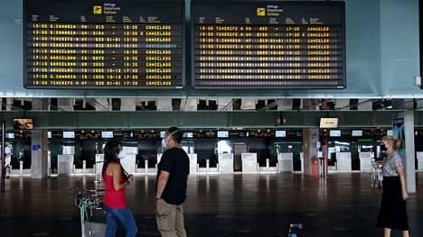 """""""Peruttu"""", luki jokaisen lennon perässä  La Palman saaren lentokentän tauluilla 25. syyskuuta."""