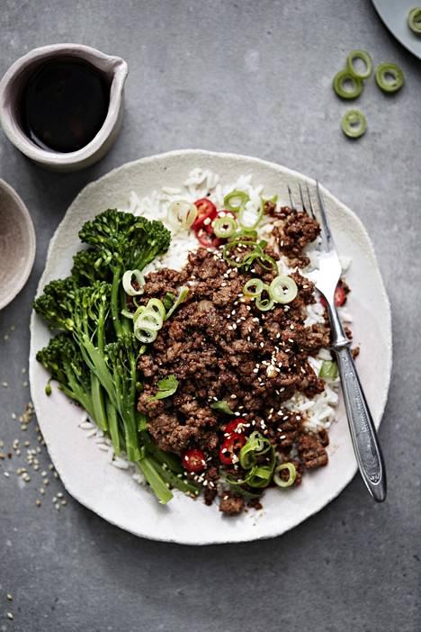 Korealaisittain maustetun jauhelihan saa pöytään vartissa.