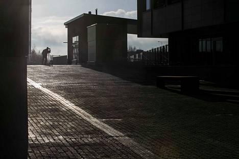 Telkäntaipaleen kevyen liikenteen väylä halkoo Lempäälä-talon rakennusmassaa. Väylä on lämmitetty.