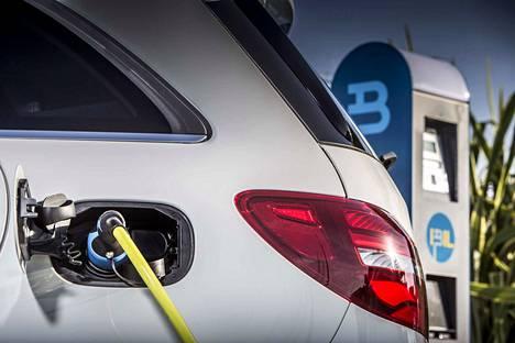 Sähköautojen latausmäärät ovat kasvaneet nopeasti Raumalla. Ilmainen sähkö siirtyy historiaan, sillä Rauman Energia Oy muuttaa lataussähkön maksulliseksi. Kuvituskuva.