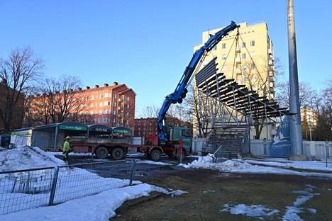 Tammelan stadionin katsomorakenteita siirrettiin siirtolava-auton kyytiin torstaina. Kaikkiaan rakenteita siirrettiin torstain aikana 10.