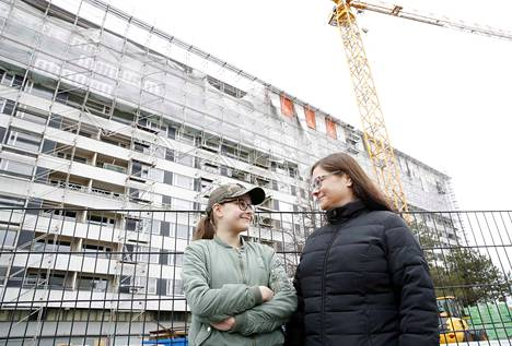 Tiia Grönbackan tytär Ines Saarinen pakeni isäpuolensa ja siskonsa kanssa palavasta Keskuskartanosta. Perhe saa kotinsa takaisin vajaa 14 kuukautta tuhoisan palon jälkeen.