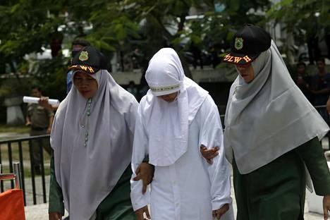 Shariapoliisi vie naista ruoskittavaksi Acehin maakunnassa Indonesiassa torstaina. Naisen todettiin harrastaneen avioliiton ulkopuolista seksiä. Tiukka sharia-laki on Indonesiassa voimassa vain Acehin maakunnassa.
