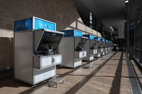 Koronatestaukseen tarkoitetut pisteet olivat maanantaina tyhjillään Ben Gurion lentokentällä Tel Avivissa Israelissa. Lähes kaikki lennot on pysäytetty Israelissa virusmuunnoksen leviämisen estämiseksi.