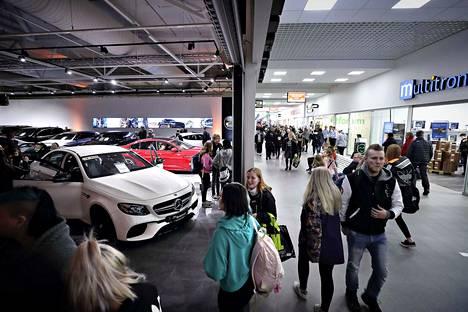 Ideaparkissa toimii myös autokauppa. Sekin veti kävijöitä avajaispäivänä.