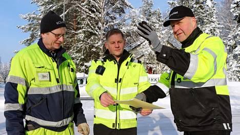 Tietoliikenneasentajat Markku Hunnakko ja Kai Ruohomäki ja myyntijohtaja Jari Liski Elmonet Oy:stä pohtivat, mitä reittiä valokuitu kaivetaan Keuruun Kurkiniemen omakotialueelle.