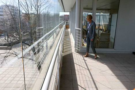 Uutta tulvaa ei pitäisi enää tulla. Konsernipalvelujen toimialajohtaja Sari Salo katsastaa kaupungintalon ylimmän kerroksen terassia, joka on nyt lasien suojassa ja rakenteissa on vesieristys.