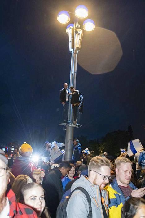 Jotkut kiipeilivät Keskustorin valaisinpylväisiin. Vahingoilta vältyttiin, ja poliisi kehui juhlien sujuneen varsin hyvin.