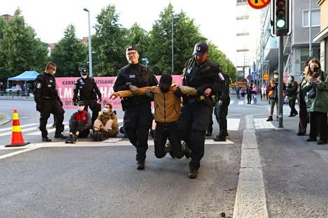 Mielenilmaus on katkaissut liikenteen Hämeenpuistossa Satamakadun kohdalla. Kello 19.37 poliisi alkoi siirtää mielenosoittajia evakuointibussiin.