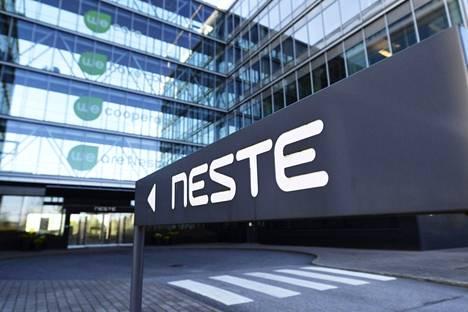 Nesteen miljardiluokan tuleva jalostamoinvestointi on suuntautumassa Suomen sijaan Helsinkiin. Kuvassa Nesteen toimitalo Espoossa huhtikuussa 2020.