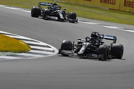 Mercedeksen Lewis Hamilton (kärjessä) ja Valtteri Bottas  hallitsivat Britannian GP:tä, mutta sitten Bottaksen eturengas särkyi toiseksi viimeisellä kierroksella ja hän putosi kärkikymmenikön ulkopuolelle. Myös Hamiltonin rengas särkyi viimeisellä kierroksella, mutta hän pystyi ajamaan ykkösenä maaliin.