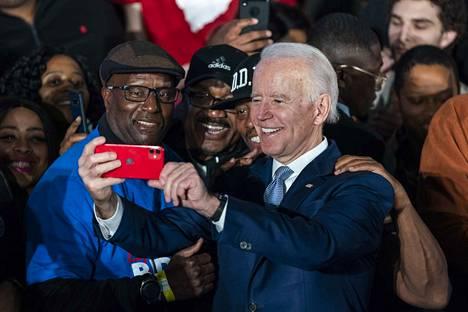 Yhdysvaltojen entinen varapresidentti Joe Biden sai tarvitsemansa vaalivoiton Etelä-Carolinassa lauantaina. Bidenilla on vahva kannatus mustan väestön keskuudessa.