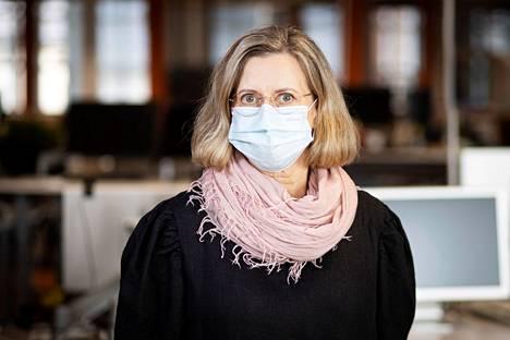 Tampereen yliopistollisen sairaalan infektioyksikön ylilääkäri Jaana Syrjänen ei näe kouluja suurena uhkana koronaviruksen leviämisen kannalta.
