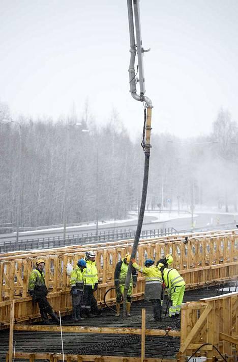 Betonimassaa pumpataan sillan kannen muottiin. Betonia tarvitaan kaikkiaan 1460 kuutiota.