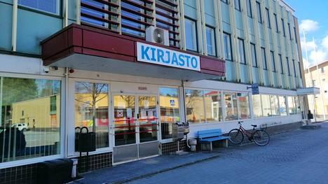 Pääkirjastolla on meneillään kuudes vuosi väistötiloina toimivassa Jämsänkosken entisessä virastotalossa.
