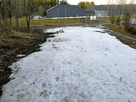 Raisiossa riittää tällä hetkellä lunta vain lasten pulkkamäkeen.