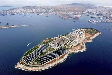 Kreikassa Ateenan edustalla on Psyttalian saari, jossa sijaitsee aikanaan Olympialaisia varten perustettu jätevedenpuhdistamo. – Siellä pyörivät yötä päivää meidän ketjukaapimet, Leena Tuomikoski kertoo ylpeänä.