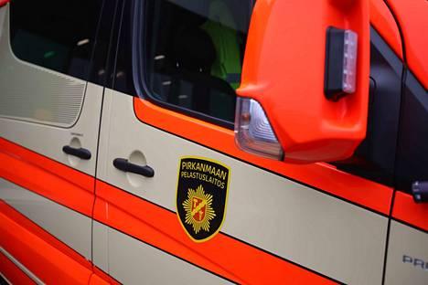 Ensihoito auttoi ojaanajossa loukkaantuneita sunnuntain vastaisena yönä Pyörönmaassa. Arkistokuva.