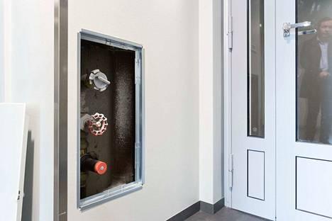 Joka toisen kerroksen hissikäytävästä löytyy luukku, jonka sisältä pelastaja pääsee yhdistämään paloletkun talon sisälle rakennettuun sammutusvesiputkistoon.