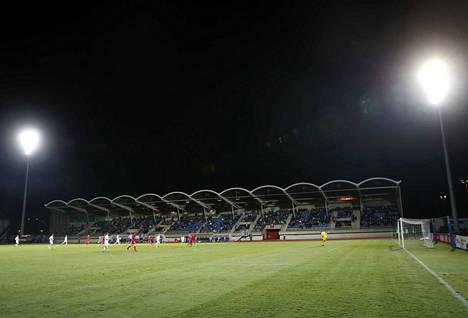 Euroopan jalkapalloliiton vaatimusten vuoksi stadionille sai myydä pääsylippuja vain numeroiduille kuppi-istuimille. Aivan loppuun niitä ei myyty. Koleassa säässä oli paikalla 1510 katsojaa.