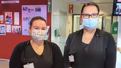 Valkeakosken ammattiopiston kosmetologiopiskelija Oona Kallio (vasemmalla) löysi itselleen tyylikkäitä maskeja ostosreissulla keskiviikkona. Hän ja opiskelukaveri Anu Sillanpää laittoivat torstaina puhtaat maskit kiltisti kasvoilleen ruokailun jälkeen.