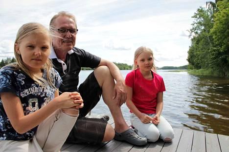 Jade Laakkonen, Kari Ketola ja Mea Laakkonen nauttivat Kokemäenjoesta. Ketola on huolissaan joen kaislalautoista, jotka ajautuvat toisten kiusaksi ja voivat olla myös riski vaikkapa vesiskoottereille.