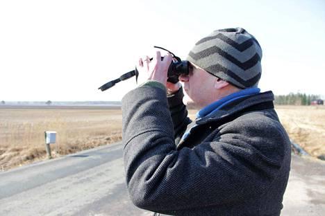 Pekka Westerholmin iloksi sinisuohaukka kaarteli aivan liki pyydystämään pieniä jyrsijöitä. Jokunen aika sitten hän havaitsi Leistilänjärvellä myös isohaarahaukan.