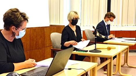 Juupajoen kunnan luottamushenkilöiden kokouspalkkioita ei ole korotettu kymmeneen vuoteen. Kuva valtuuston kokouksesta elokuussa: vasemmalta Anne Tuovila, Taija Heletoja ja Jyri Lammela.