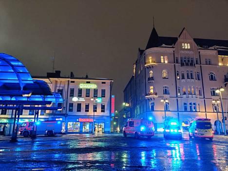 Hesburgerin edessä oli torstai-iltana kaksi ensihoidon yksikköä, johtoauto ja yksi paloauto. Kaksi paloautoa poistui paikalta jo hieman kahdeksan jälkeen torstai-iltana.