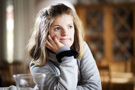 Vastoin kaikkia odotuksia Lotta Högström laskettelee, pyöräilee, tanssii, tubettaa, käy tavallista koulua ja hänellä on monta ystävää. Isoäiti on antanut hänelle lempinimen Ilona, koska hän levittää iloa ja onnea ympärilleen.