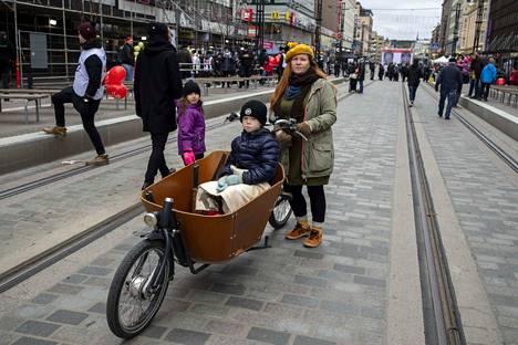 Mitä mieltä olet Hämeenkadun yksisuuntaisista pyöräteistä, geronomi Anna Ropponen? –Ne helpottavat pyöräilijää, jos hän aikoo kulkea vain Hämeenkadun läpi. Mutta yksisuuntaisuus voi aiheuttaa sen, ettei polkiessa tule helposti mentyä toiselle puolen katua liikkeisiin. On kuitenkin hyvä, että jalankulkijoille ja pyöräilijöille on eri väylät. Siksi mukavuudesta voi tinkiä.