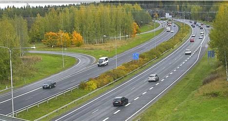 Kello 13.26 onnettomuuspaikan läheisyyteen ei ollut kertynyt pitkiä jonoja. Kelikameran kuva on otettu Pirkkalan päästä Karkunvuoren tunnelia.