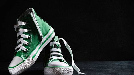 Kengännauhat kannattaa avata kunnolla, kun laittaa kenkiä jalkaan. Ja poiskin kengät pitäisi ottaa käsin, eikä jaloilla potkimalla, varoittaa suutari.
