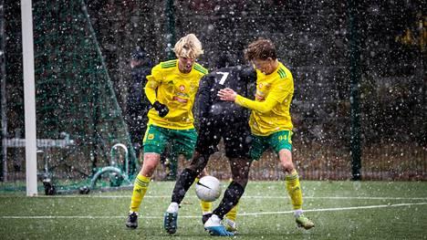 Ilveksen Konsta Lintilä ja Topi Ala yrittivät pysäyttää FC Lahden Colin Banthantha Ndabawedjen. Hän oli paha pideltävä ja teki Lahden molemmat maalit.
