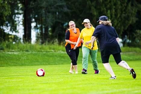 Yksi treenien maalitykeistä on keltaisessa paidassa pelaava Tuija Uusitalo.